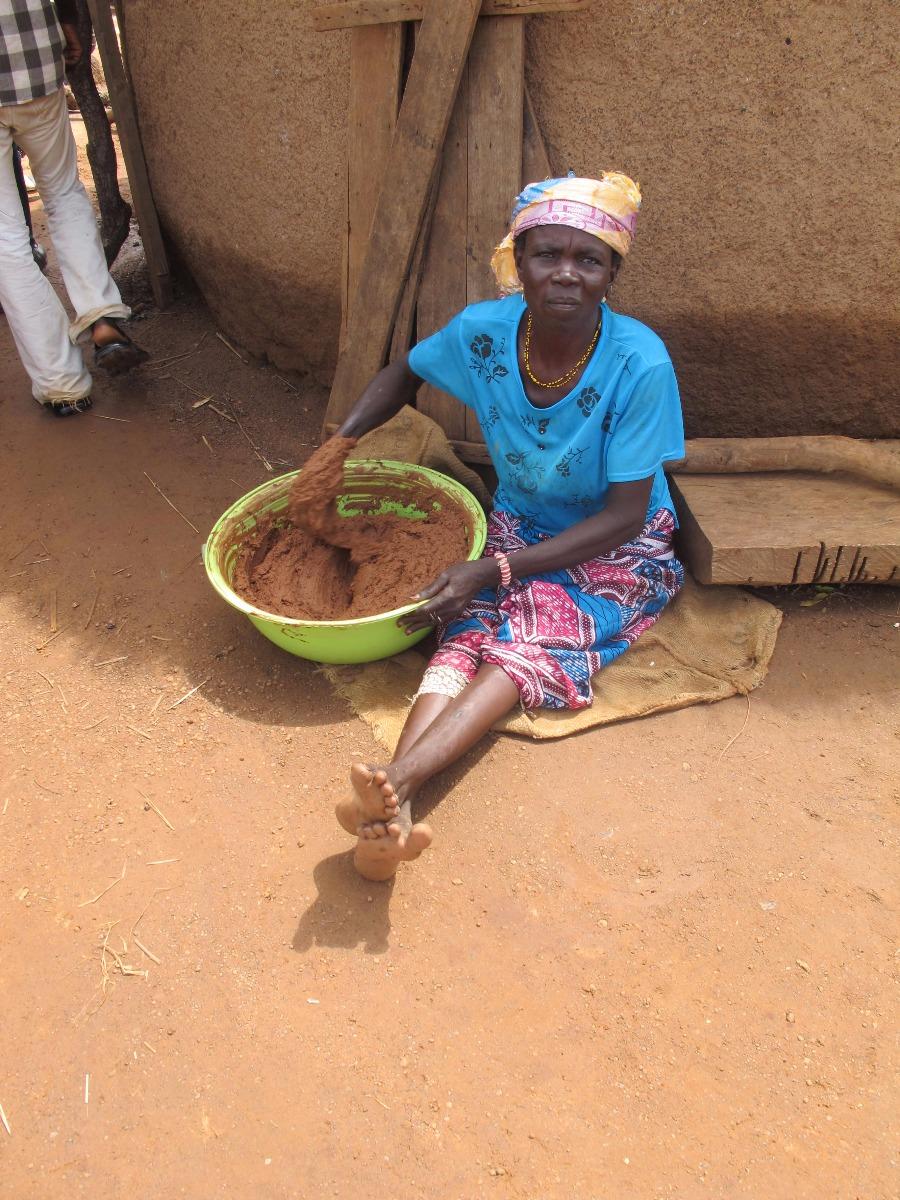 Femme travaillant à la fabrication du beurre de karité